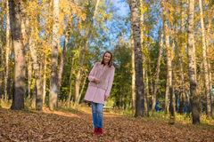 Jeune fille marchant dans la forêt d'automne Image libre de droits