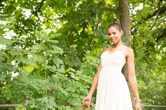 Jeune fille marchant en parc Photographie stock libre de droits