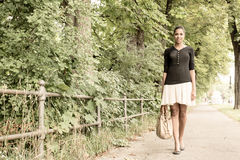 Jeune fille marchant en parc Image libre de droits