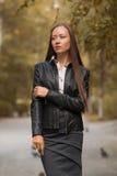 Jeune fille marchant en parc d'automne image stock