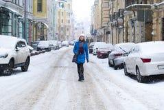 Jeune fille marchant l'hiver de rue Photo libre de droits