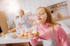 Jeune fille mignonne appréciant sa nourriture Photos libres de droits