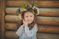 Jeune fille mignonne avec la chemise habillée blanche de port de cheveux de tresse de brunnette de yeux de brun et de joue rose e photographie stock