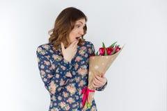 Jeune fille mignonne avec le bouquet rose de tulipe Images libres de droits