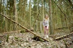 Jeune fille mignonne ayant l'amusement pendant la hausse de forêt la belle journée de printemps tôt Loisirs actifs de famille ave photographie stock
