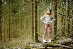 Jeune fille mignonne ayant l'amusement pendant la hausse de forêt la belle journée de printemps tôt Loisirs actifs de famille ave photos libres de droits