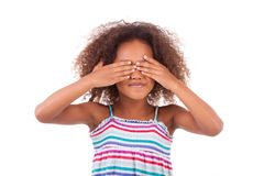 Jeune fille mignonne d'Afro-américain cachant ses yeux - personnes de race noire Photographie stock libre de droits