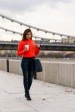 Jeune fille mignonne dans la veste orange Photographie stock libre de droits