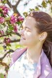 Jeune fille mignonne dans un champ de pommiers Image libre de droits