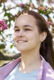 Jeune fille mignonne dans un champ de pommiers Photographie stock