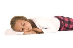 Jeune fille mignonne de brune s'étendant sur son conte de mains Photo libre de droits