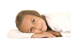 Jeune fille mignonne de brune s'étendant sur son smili de mains Images stock