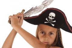 Jeune fille mignonne de brunetter dans un costume de pirates avec un chapeau et un commutateur Images libres de droits