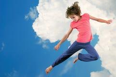 Jeune fille mignonne de danseur sautant contre le ciel de bue photo libre de droits