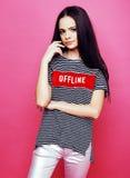 Jeune fille mignonne de disco sur le copyspace adorable de sourire d'émotions de fond rose, concept de personnes de mode de vie photo stock