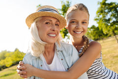 Jeune fille mignonne empbracing sa grand-mère en parc Photos stock