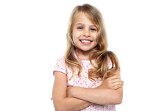 Jeune fille mignonne posant avec des mains croisées Image libre de droits