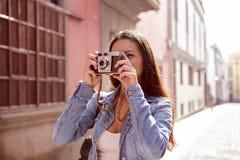 Jeune fille mignonne prenant une photo sur son appareil-photo Photos libres de droits