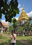 Jeune fille mignonne priant dans le vieux temple Images libres de droits