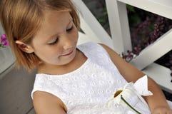 Jeune fille mignonne regardant la marguerite Images libres de droits