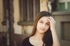 Jeune fille mignonne sans maquillage sur le fond d'un beau vieux bâtiment photos stock