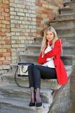 Jeune fille modèle sensuelle s'asseyant sur des escaliers Images stock