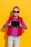 Jeune fille montrant un comprimé numérique Photos stock