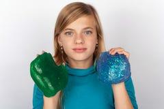 Jeune fille montrant un vert et une boue bleue photos libres de droits