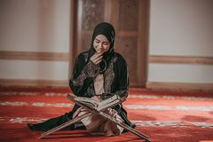 Jeune fille musulmane lisant livre sacré photographie stock libre de droits