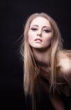 Jeune fille nue dans le regard de chiffon à vous avec désir Image stock