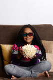 Jeune fille observant le film 3d Photos libres de droits
