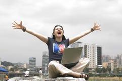 Jeune fille occasionnelle avec l'ordinateur portatif Photo stock