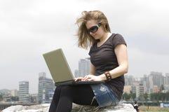 Jeune fille occasionnelle avec l'ordinateur portatif Photos libres de droits