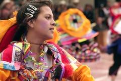 Jeune fille p?ruvienne indig?ne dansant ?Wayna Raimi ? photographie stock