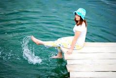 Jeune fille par le lac Photographie stock
