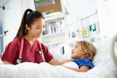Jeune fille parlant à l'unité femelle d'In Intensive Care d'infirmière Images stock