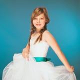 Jeune fille portant une robe blanche avec un sourire mignon en vacances Danse Photo stock