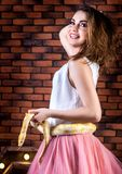 Jeune fille posant avec un python albinos image stock