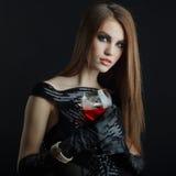 Jeune fille posant dans le studio Photos stock