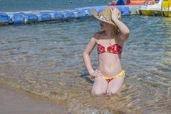 Jeune fille posant pour le photographe sur le beac photos stock