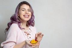Jeune fille positive avec les cheveux pourpres appréciant le dessert savoureux avec la cerise et l'orange L'espace pour le texte image stock