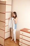 Jeune fille près de garde-robe images stock