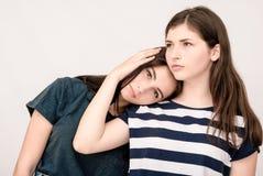 Jeune fille préoccupée soulagée par son ami Photo stock