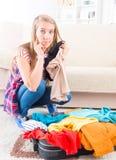 Jeune fille préparant son bagage Photos stock