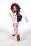Jeune fille prête à projeter la boule de neige images stock