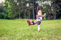 Jeune fille pratiquant l'exercice drôle à la nature photos stock