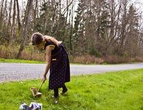 Jeune fille prenant la civière avec un bâton Images libres de droits
