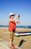 Jeune fille prenant la photo Photo libre de droits