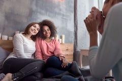 Jeune fille prenant la photo de ses amis dans la chambre à coucher Image libre de droits