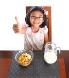 Jeune fille prenant le petit déjeuner VII Images libres de droits